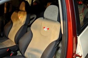 Передние сиденья хетчбэка с логотипом производителя «ё»